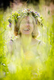 Lycklig kvinna med kransen Royaltyfri Foto