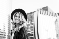 Lycklig kvinna med långt blont hår, frisyr, i paris, Frankrike Sinnlig kvinna i det utomhus- leendet för svart hatt, mode _ Fotografering för Bildbyråer