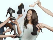 Lycklig kvinna med många skor fotografering för bildbyråer