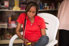Lycklig kvinna med mobiltelefonen Royaltyfri Bild