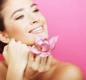 Lycklig kvinna med orkidéblomman Royaltyfri Bild