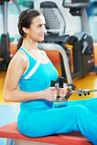 Lycklig kvinna med på utbildningsidrottshall Royaltyfri Fotografi