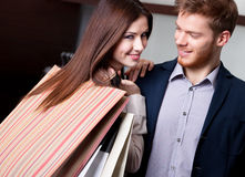 Lycklig kvinna med pojkvännen, når att ha shoppat Arkivbilder