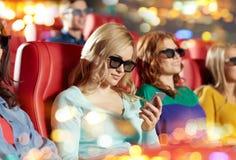 Lycklig kvinna med smartphonen i filmbiografen 3d Arkivbilder
