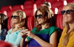 Lycklig kvinna med smartphonen i filmbiografen 3d Arkivbild