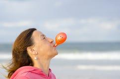 Lycklig kvinna med smileyballongen Fotografering för Bildbyråer