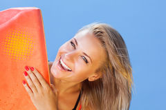 Lycklig kvinna med surfingbrädan Royaltyfri Fotografi