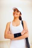 Lycklig kvinna med tennispåsen Royaltyfria Bilder
