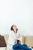 Lycklig kvinna med termometern som läkas av förkylningar Arkivfoton