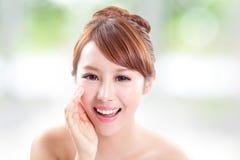 Lycklig kvinna med vård- hudsamtal till dig Arkivbild