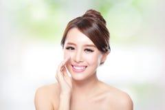 Lycklig kvinna med vård- hudsamtal till dig Arkivbilder