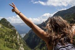 Lycklig kvinna på bergvandring Arkivfoto