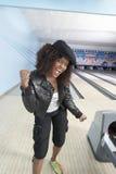 Lycklig kvinna på bowlingbanan Royaltyfri Foto