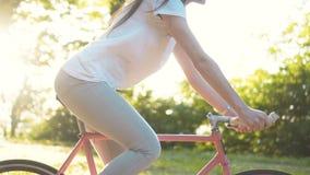 Lycklig kvinna på cykeln arkivfilmer