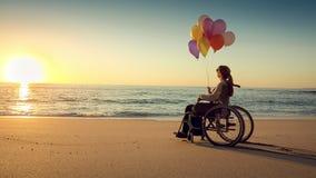Lycklig kvinna på de hållande ballonsna för strand arkivfilmer