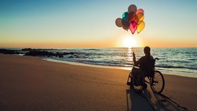 Lycklig kvinna på de hållande ballonsna för strand stock video