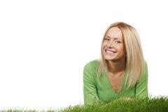 Lycklig kvinna på gräs Royaltyfri Fotografi
