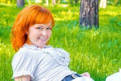 Lycklig kvinna på grönt gräs royaltyfri bild