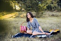 Lycklig kvinna på picknick Fotografering för Bildbyråer