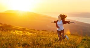 Lycklig kvinna på solnedgång i öppna händer för naturiwith Arkivfoto