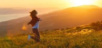 Lycklig kvinna på solnedgång i öppna händer för naturiwith Fotografering för Bildbyråer