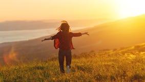Lycklig kvinna på solnedgång i öppna händer för naturiwith Royaltyfri Bild