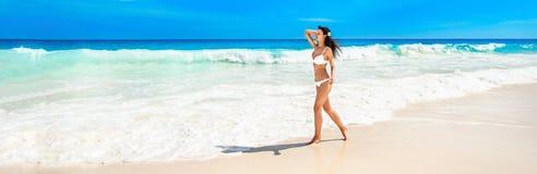 Lycklig kvinna på stranden av havet arkivfoton