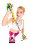 Lycklig kvinna på vägningsskala Banta viktförlust royaltyfri fotografi