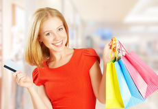 Lycklig kvinna på shopping med påsar och kreditkortar, julförsäljningar, rabatter Arkivbilder