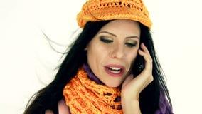 Lycklig kvinna som är förälskad på telefonen stock video