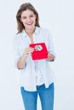 Lycklig kvinna som öppnar en gåva Royaltyfri Bild