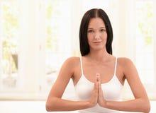 Lycklig kvinna som övar meditation Arkivbilder