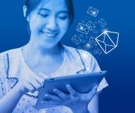 Lycklig kvinna som överför emailen Fotografering för Bildbyråer