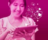Lycklig kvinna som överför emailen Royaltyfri Foto