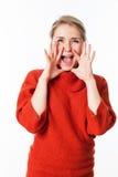 Lycklig kvinna som använder händer som megafonen för att meddela arkivbilder
