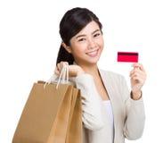 Lycklig kvinna som använder kreditkorten för att shoppa Royaltyfria Foton