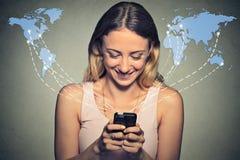 Lycklig kvinna som använder smartphonen som över hela världen bläddrar internet Royaltyfria Bilder