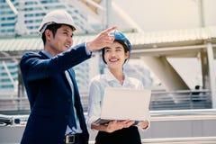 Lycklig kvinna som arbetar med hennes chef som deltagare i utbildningtekniker arkivbilder