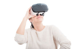 Lycklig kvinna som bär en apparat för att simulera verklighet arkivfoton
