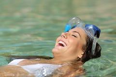 Lycklig kvinna som badar i ett tropiskt vatten för turkos arkivbild