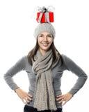 Lycklig kvinna som balanserar en julgåva på hennes huvud Fotografering för Bildbyråer
