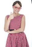 Lycklig kvinna som bär röda inramade exponeringsglas med tummen upp Royaltyfri Bild