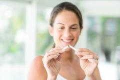 Lycklig kvinna som bryter cigaretten royaltyfri foto