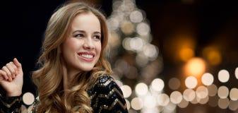 Lycklig kvinna som dansar över ljus för julträd Royaltyfri Fotografi
