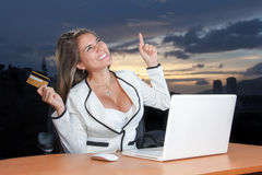 Lycklig kvinna som direktanslutet shoppar med kreditkorten Royaltyfria Bilder