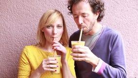 Lycklig kvinna som dricker smoothien med sugrör stock video