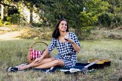 Lycklig kvinna som dricker vin på en semesterdag Fotografering för Bildbyråer