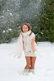 Lycklig kvinna som enjoing den snöig vintern Arkivfoto