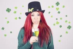 Lycklig kvinna som firar Sts Patrick dag på marschen 17th Royaltyfri Foto