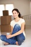Lycklig kvinna som flyttar sig in i ny utgångspunkt Fotografering för Bildbyråer